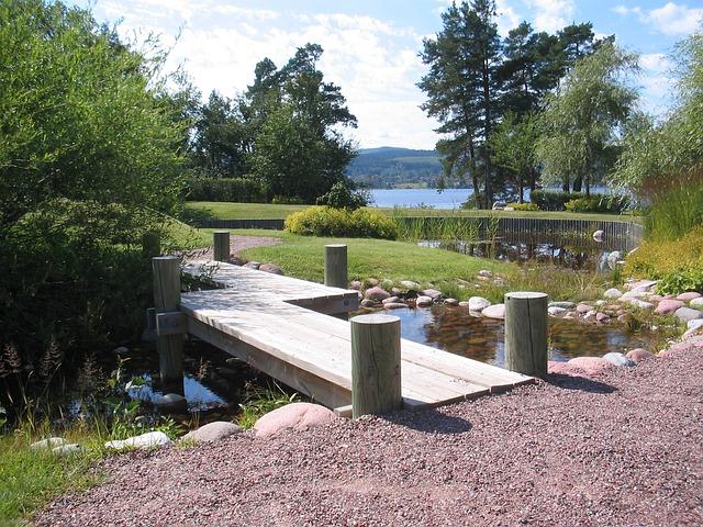 Brücke Für Teich. Brücke Im Garten