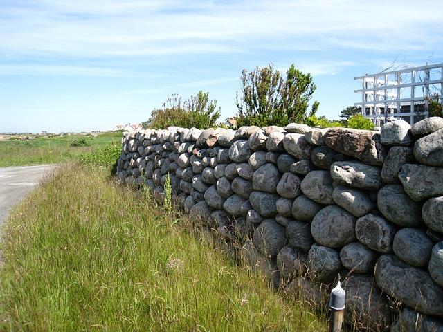 Steinmauer im Garten