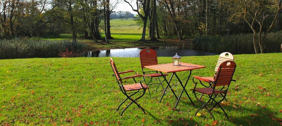 Garten mit Tisch