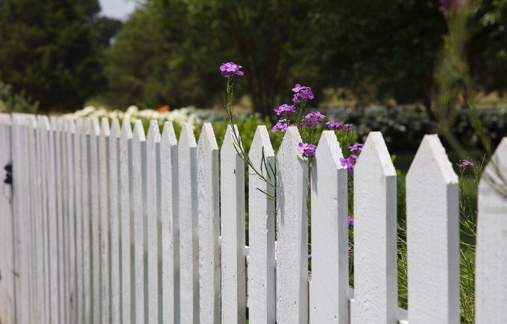 Gartenzaun selbst aufbauen – 3 Tipps für das Projekt