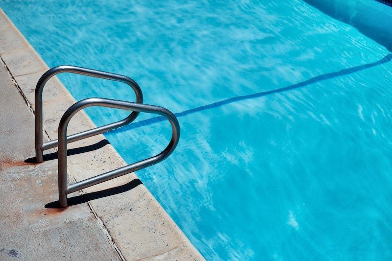 Mehr Badespaß im eigenen Pool: 5 Tipps für sauberes Wasser