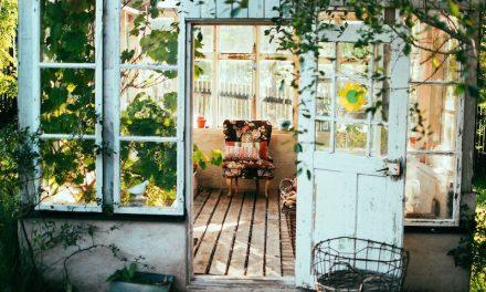 Keller oder Gartenhaus? Den richtigen Stauraum für deine Gartengeräte